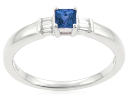 Ring med blå safir og baguette diamanter